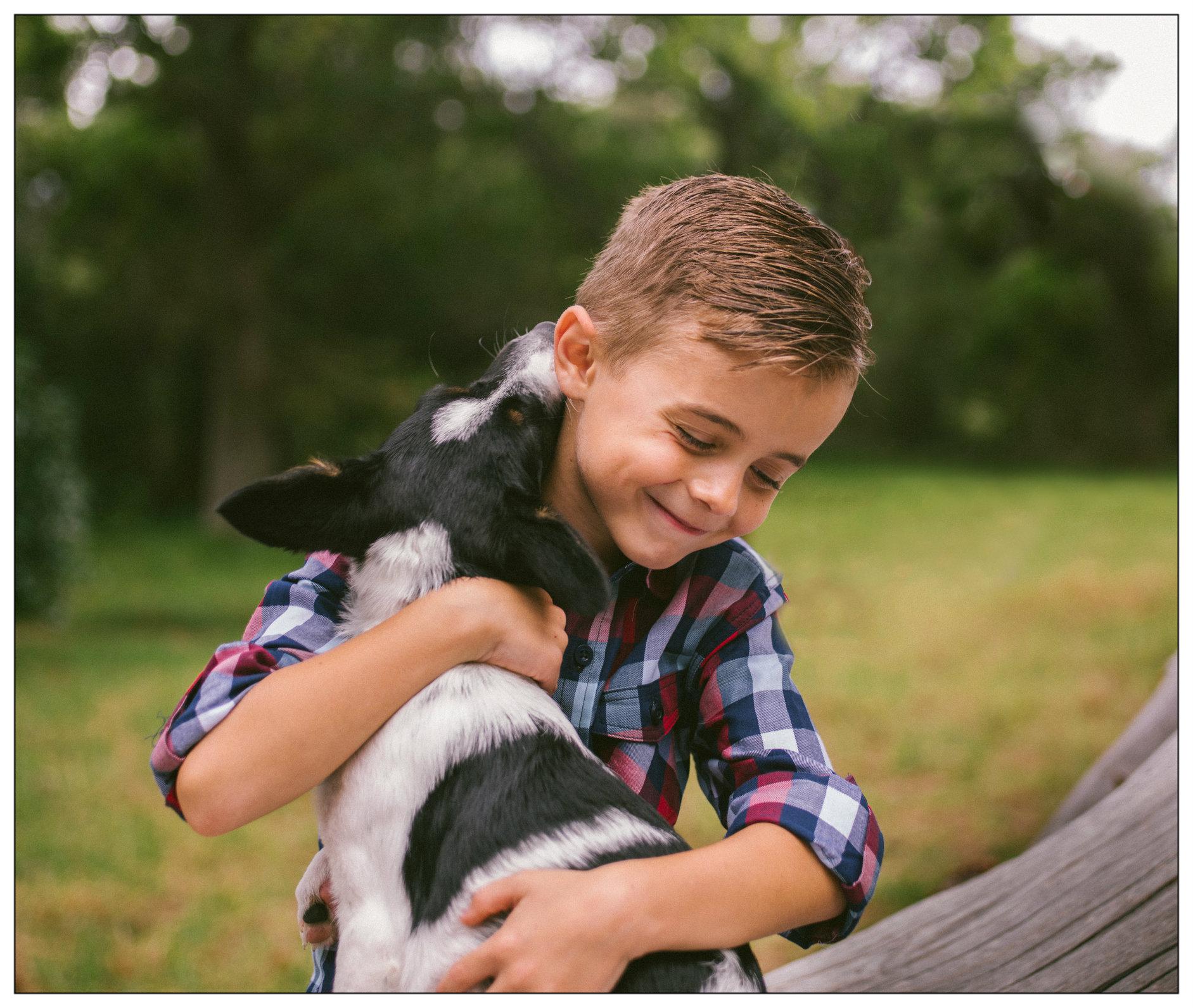 Câlin entre un petit garçon et son chien